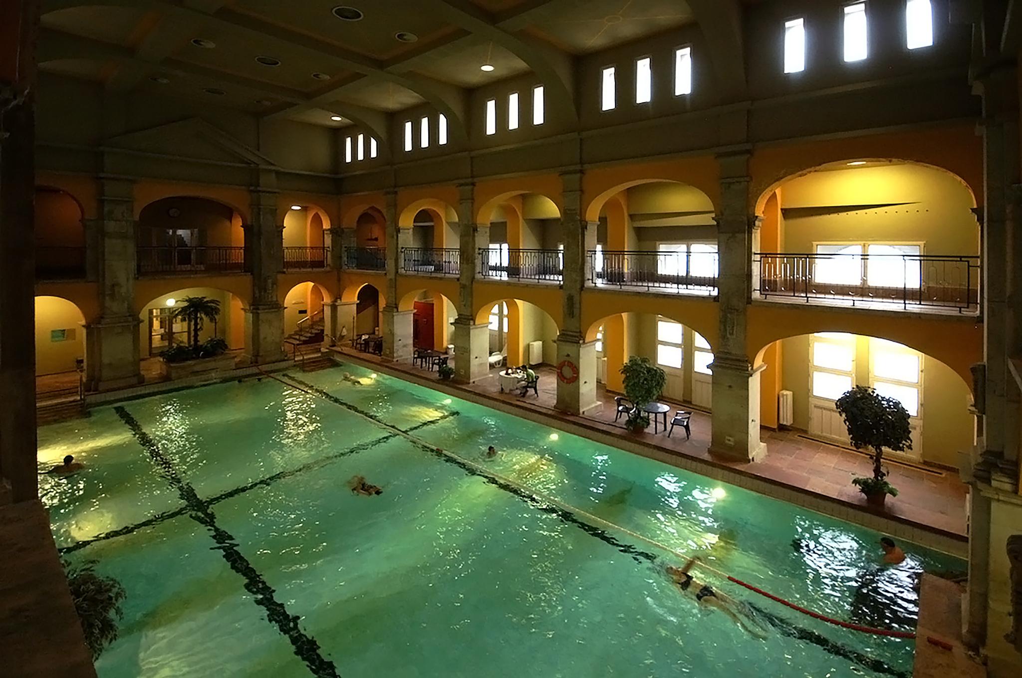 2 fokos magas vérnyomás és egy medence vízszintes sáv és magas vérnyomás